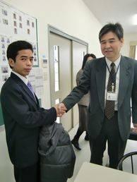 校長と握手