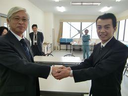 センター長と握手